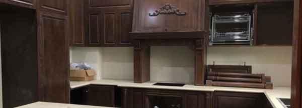Thi công tủ bếp gỗ tự nhiên phong cách tân cổ điển tại biệt thự Vinhomes Thăng Long